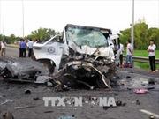 Xe rước dâu va chạm xe container, 13 người chết, 4 người bị thương nặng