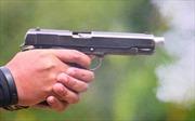 Cảnh sát 'đấu súng' với nghi can trộm cắp, 5 người chờ xe buýt bị thương