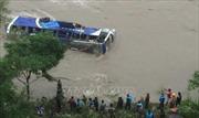Xe buýt lao xuống sông, ít nhất 21 người thương vong