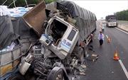 Ô tô đâm nhau trên cao tốc, phụ xe mắc kẹt trong cabin tử vong tại chỗ