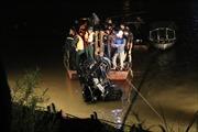 Tìm thấy 2 người chết trong chiếc xe ô tô húc văng lan can cầu Chương Dương, lao xuống sông Hồng