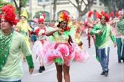 """Tưng bừng Carnival đường phố tại phố đi bộ Hồ Gươm nhân kỷ niệm """"20 năm Thành phố Vì hòa bình"""""""