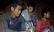 Kiệt sức vì nhường đồ ăn, huấn luyện viên đội bóng Thái Lan được cứu đầu tiên