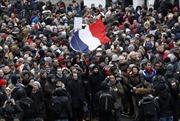 Chùm ảnh 'Khăn đỏ' ra quân trị 'Áo vàng' bạo loạn tại Pháp