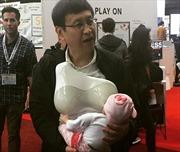Các ông bố từ nay cũng có thể cho con bú nhờ 'vú điện tử'