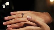 Chế tạo nhẫn 'kim cương' từ móng tay để cầu hôn bạn gái