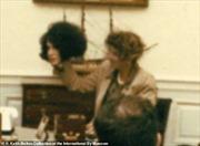 Đặc vụ CIA lột mặt nạ cải trang trước sự ngỡ ngàng của quan khách Nhà Trắng
