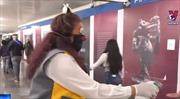 Những chú hề khuyến khích người dân đeo khẩu trang