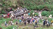 Xe buýt lao xuống đập sâu 45m, gần 30 người thương vong