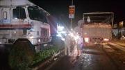 Ô tô 4 chỗ bị xe chở gạch đâm bật sang đường, bị xe container đâm tiếp lao vào trụ điện