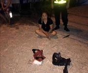 Cảnh sát giao thông kiểm tra xe taxi, nữ hành khách ném gói ma túy bỏ chạy