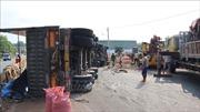 Lật xe container khiến 32 tấn điều tràn ra đường