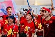 King's Cup 2019: Cổ động viên Việt Nam tiếp sức cho đội tuyển bên ngoài sân Chang Arena