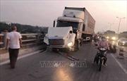 Xe container mất lái trên cầu Thanh Trì, hàng loạt xe máy bị tông xuống sông Hồng