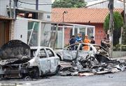 Máy bay rơi xuống đường phố rồi đâm vào 3 ôtô bốc cháy, 6 người thương vong