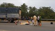 Xe máy tông đuôi xe tải, một người chết, một người bị thương