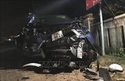 Ô tô bán tải tông nhiều xe máy bẹp dúm, 7 người bị thương vong