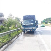 Bất chấp dịch bệnh COVID-19, nhiều phương tiện vẫn dừng đỗ bơm nước mui, ăn uống trên đường cao tốc Nội Bài – Lào Cai