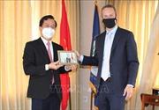 Đại sứ quán Việt Nam tại Hoa Kỳ tặng khẩu trang cho Cơ quan Phát triển tài chính quốc tế Hoa Kỳ