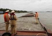 Bắt quả tang 2 tàu khai thác cát trái phép trên sông Hồng