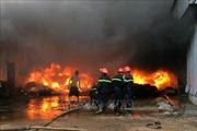 Hỏa hoạn thiêu rụi nhiều gian hàng trong đêm ở Bình Dương, Quảng Trị