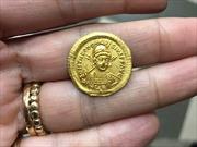 Tìm thấy đồng tiền vàng niên đại 1.600 năm tuổi giữa cánh đồng