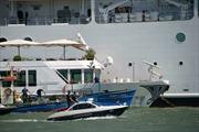 Tàu du lịch khổng lồ mất lái đâm vào bến tàu, ít nhất 4 người bị thương