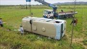 Xe chở công nhân lật nhiều vòng xuống ruộng, 21 người bị thương