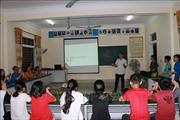 Học sinh dạy tiếng Anh miễn phí cho các em học sinh vùng khó