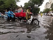 Mưa lớn bất ngờ gây ngập nhiều tuyến phố tại Hà Nội