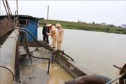 Bắt quả tang thuyền khai thác cát trái phép trên sông Cà Lồ