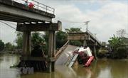 Xe tải 24 tấn qua cầu 8 tấn làm sập cầu