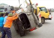 Ô tô va chạm xe container lật ngửa trên Quốc lộ 5