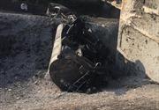 Đâm vào ô tô con, xe bồn chở dầu lao xuống cầu bốc cháy dữ dội