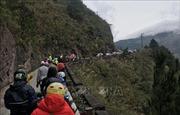 Du khách ùn ùn kéo lên đỉnh Mẫu Sơn ngắm băng giá gây ách tắc nghiêm trọng