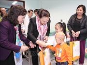 Chủ tịch Quốc hội trao quà Tết cho bệnh nhi ung thư