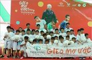 HLV Park Hang-seo 'gieo mơ ước' bóng đá cho trẻ em An Giang