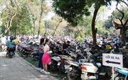 Nhiều bãi trông xe trái phép 'chặt chém' du khách dịp Tết