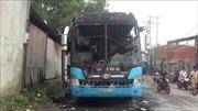 Xe khách dừng sửa giữa đường thì bốc cháy, hành khách tung cửa thoát thân