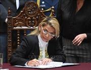 Tổng thống lâm thời Bolivia ký ban hành luật tổ chức tổng tuyển cử