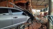 Lái xe ngủ gật, ô tô tông vào nhà dân khiến 1 người bị thương nặng