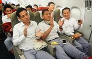 Clip Olympic Việt Nam hát Quốc ca trên máy bay về Hà Nội