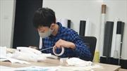 Học sinh làm 'mặt nạ chống bắn giọt' tặng các y, bác sĩ