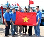 Tặng cờ Tổ quốc – tiếp sức ngư dân vươn khơi, bám biển