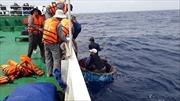 Đưa 13 ngư dân gặp nạn vào đảo Sơn Ca an toàn