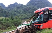 Xe khách đâm vào xe tải đỗ ven đường, lái xe tải tử vong tại chỗ