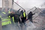 Cảnh sát bắn đạn hơi cay vào người biểu tình 'Áo vàng' tại trung tâm Paris