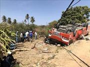 Xe khách lao xuống lề đường lật ngửa, nhiều du khách nước ngoài bị thương