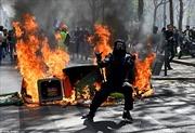 Hậu cháy Nhà thờ Đức Bà, phe Áo vàng lại đốt lửa rực đường phố Paris