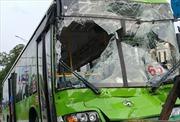 Xe buýt nát đầu sau vụ tai nạn liên hoàn, hàng chục khách hoảng loạn